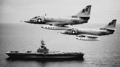 Самолёты ВВС США и авианосец USS Constellation после начала операции «Пронзающая стрела», 12 августа 1964 года