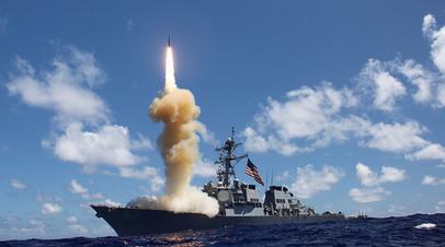 Американский эсминец Fitzgerald участвует в ракетных стрельбах в Тихом океане