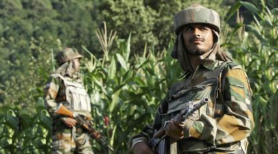 Солдаты индийской армии патрулируют линию контроля в Кашмире