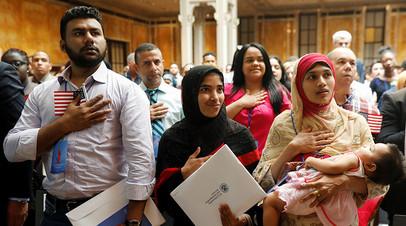 Ежегодно сотни тысяч мигрантов получают американское гражданство