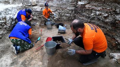 Сотрудники Института археологии РАН на раскопках в Большом Кремлёвском сквере на территории Кремля в Москве