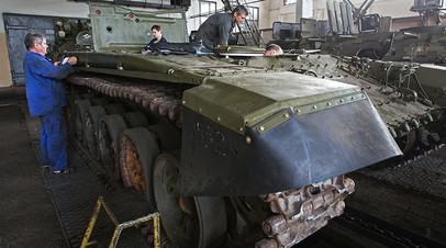 Рабочие в одном из цехов Киевского бронетанкового завода