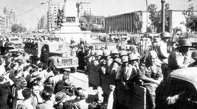 Советские войска входят в освобождённый Кишинёв. 24 августа 1944 г