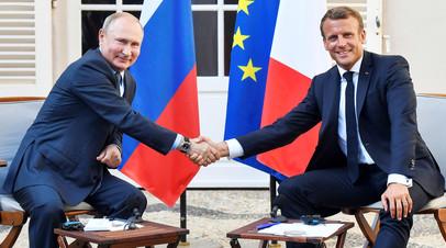 Президент РФ Владимир Путин во время встречи с президентом Франции Эммануэлем Макроном во Франции