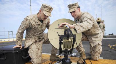Военнослужащие морской пехоты США контролируют работу спутника со взлётной палубы десантного корабля