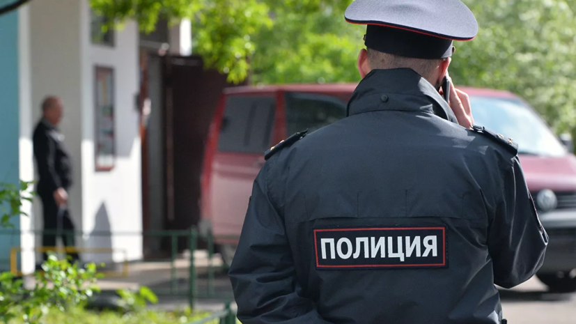 При хлопке в доме в Красноярске пять машин получили повреждения