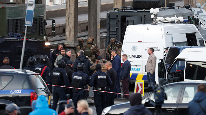 Транспортный коллапс и задержание с применением бронетехники: что известно о захвате моста Метро в Киеве