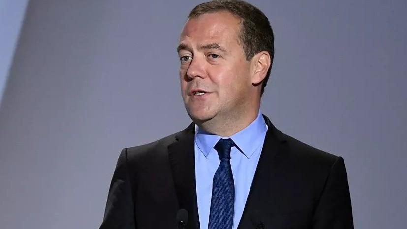 Медведев в шутку предложил губернатору Калининграда сменить работу