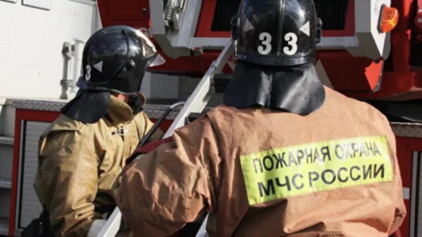 МЧС сообщило о возгорании кровли на складе в Красноярске