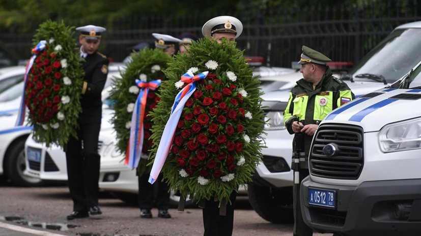 Мемориальную доску погибшим в Баренцевом море подводникам открыли в Сестрорецке