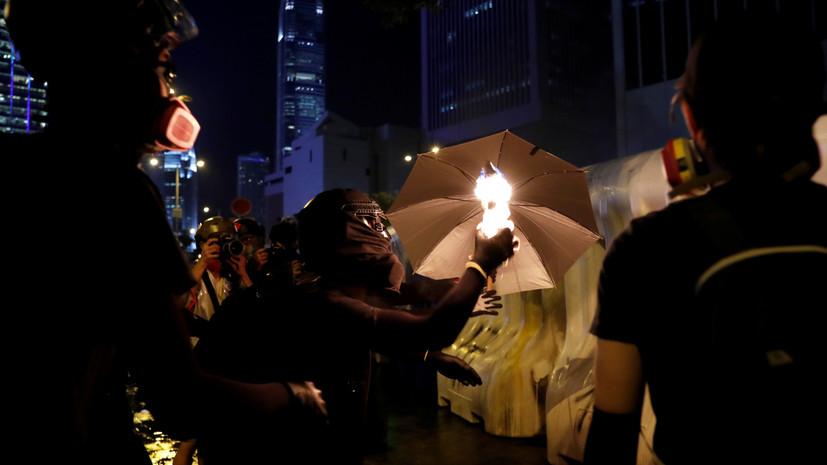 Протестующие в Гонконге начали бросать «коктейли Молотова»