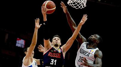 Россиянин Евгений Валиев забрасывает мяч в кольцо сборной Южной Кореи в матче группового этапа чемпионата мира по баскетболу