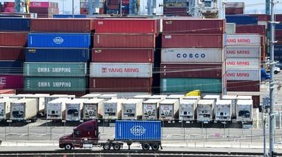 Контейнеры с товарами из Китая в порту Лонг Бич, Калифорния, США