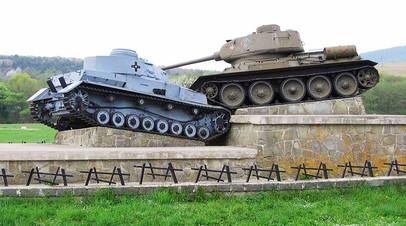 Памятник на месте боёв за Дуклинский перевал