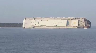 У берегов США перевернулось перевозившее автомобили грузовое судно