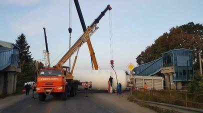 Грузовик снёс пешеходный мост в Подмосковье