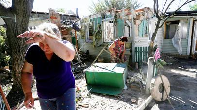 Местные жители после обстрела в Донецке