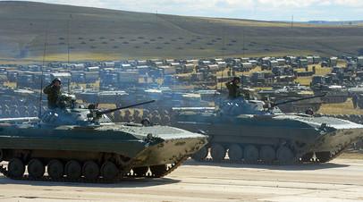 Боевые машины пехоты БМП-2 армии России во время парада военной техники на полигоне в Забайкальском крае