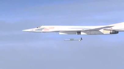 Стратегический бомбардировщик-ракетоносец Ту-160 выпускает крылатую ракету X-101