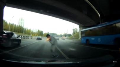 Дорожный конфликт в Москве закончился стрельбой из сигнального пистолета — видео