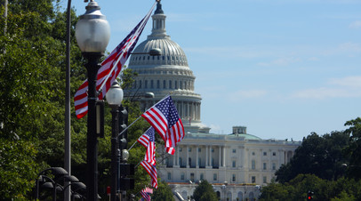 Флаги США на фоне Капитолия