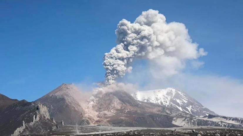 На Камчатке вулкан выбросил столб пепла высотой 9 км