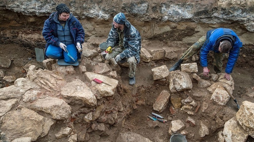 В Азове археологи нашли створку бронзового складня XVIII века