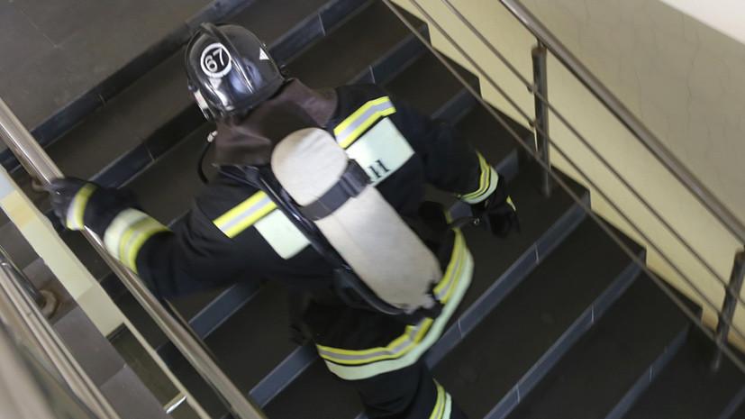 В жилом доме в Красноярске загорелась шахта лифта