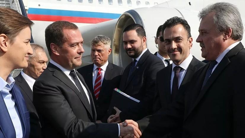 Медведев и Вучич принимают участие в параде под Белградом