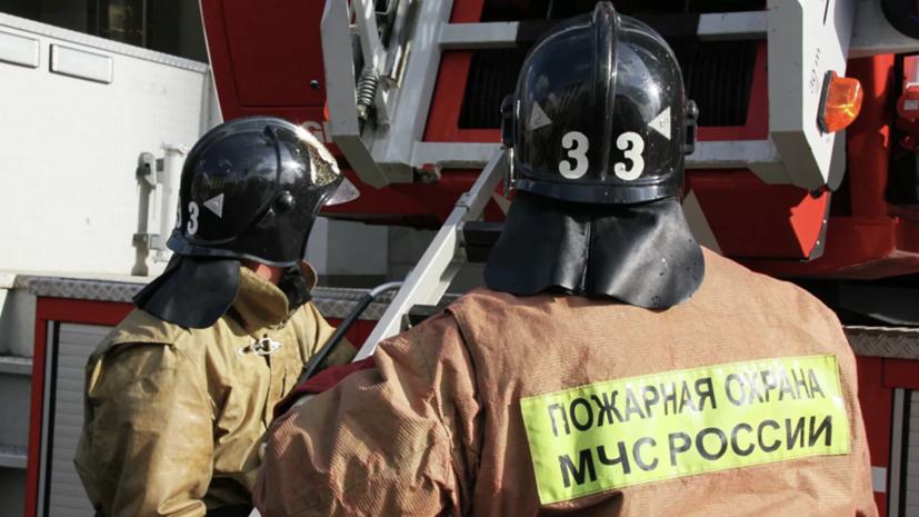 На северо-востоке Москвы горит ангар на площади 400 квадратных метров