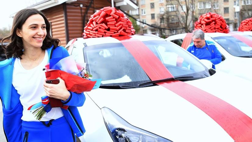 Автомобили и 5 млн рублей: Ласицкене и Сидорова получили подарки от Федерации бокса России