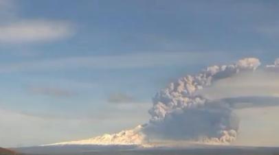 Курящаяся гора: на Камчатке вулкан Шивелуч выбросил столб пепла на высоту 9 км