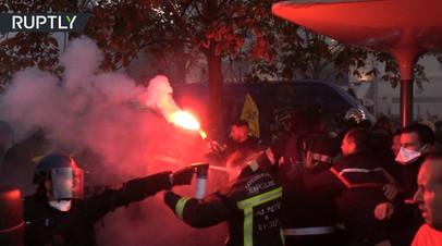 Во Франции полицейские применили слезоточивый газ против пожарных