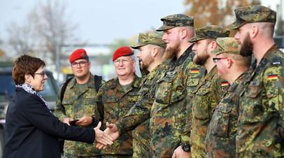 Министр обороны Германии Аннегрет Крамп-Карренбауэр вместе с военнослужащими бундесвера