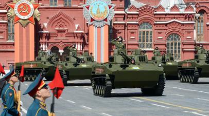 Боевые машины десанта БМД-4М во время генеральной репетиции военного парада