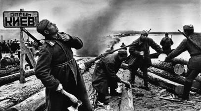 Советские сапёры строят переправу через Днепр северо-восточнее Киева