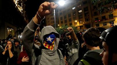 Демонстранты, выступающие за независимость Каталонии, во время акции протеста в Барселоне 26 октября