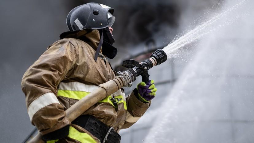 Спасатели ликвидировали открытое горение на складе в Кемерове