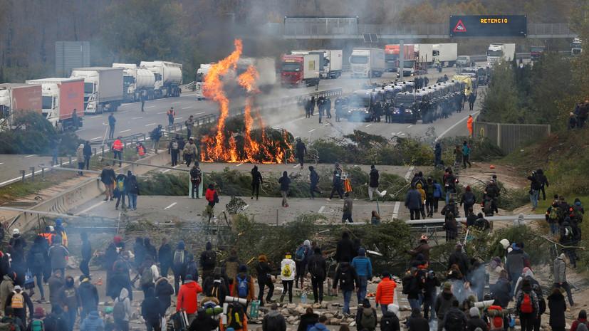 В Каталонии полиция приступила к разгону заблокировавших трассу протестующих