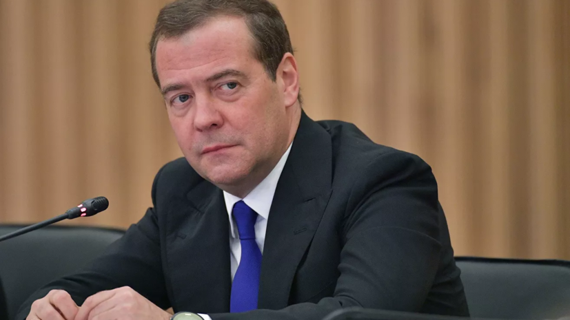 Медведев поручил разработать программу модернизации областных театров