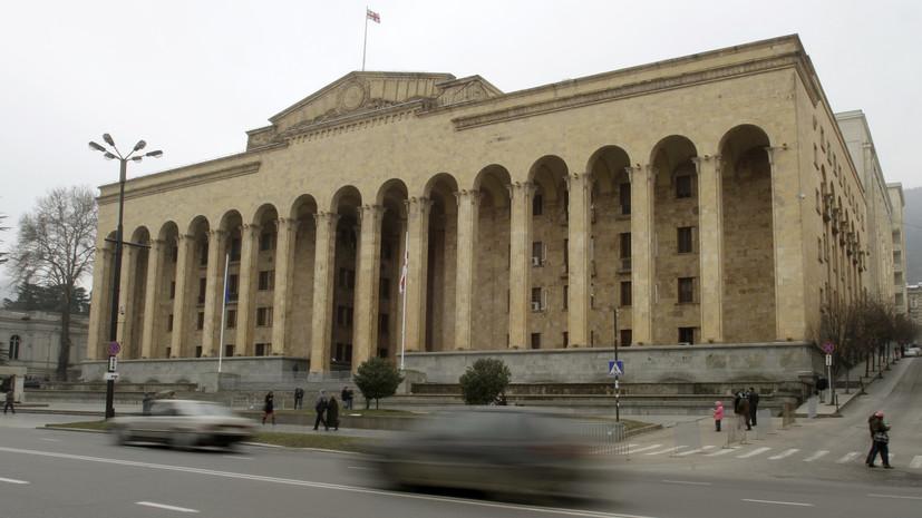 В Тбилиси протестующие повесили замок на ворота парламента