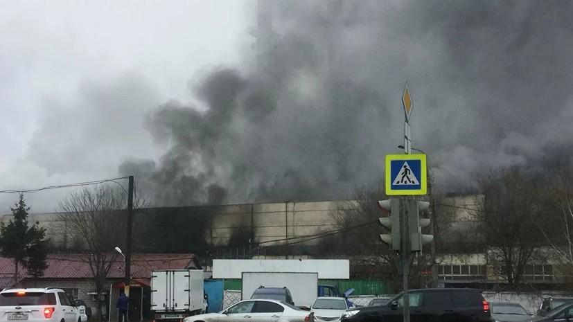 Пожарные ликвидировали возгорание на складе на северо-западе Москвы