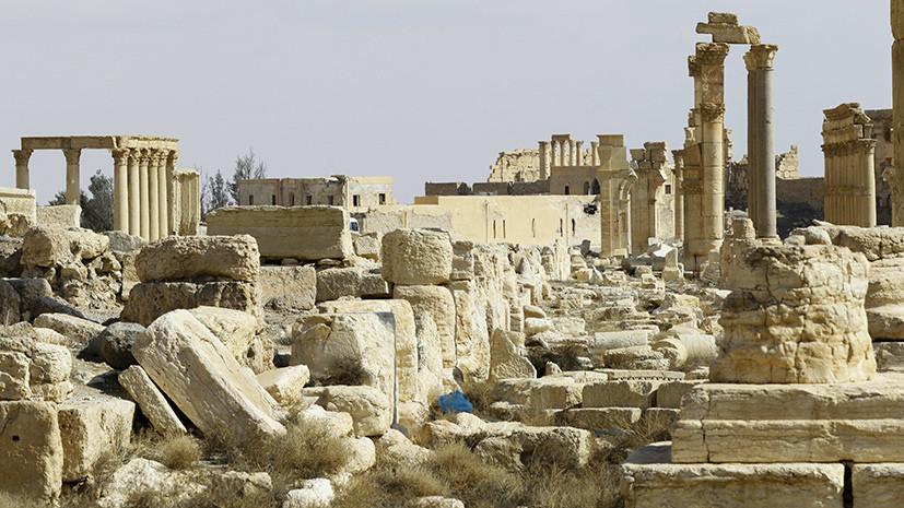 В Пальмире выставили древнюю мемориальную доску, обнаруженную сирийской армией