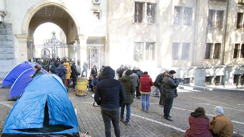 У здания парламента в Тбилиси вновь установлены палатки протестующих
