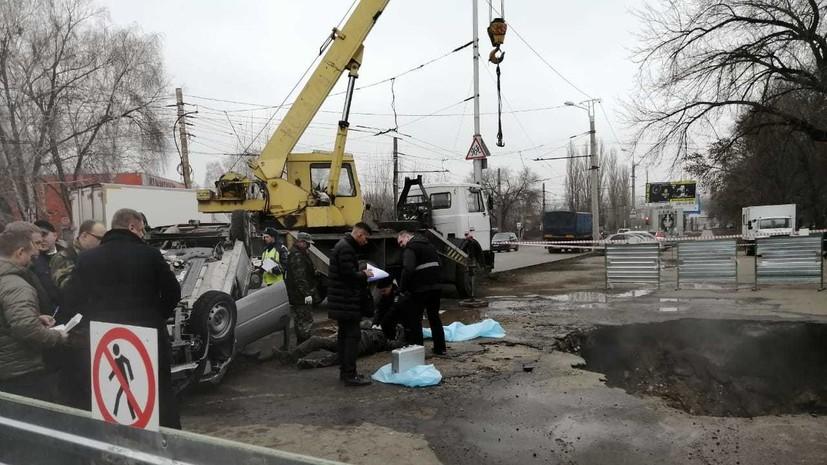 Опубликовано видео с места падения машины в яму с кипятком в Пензе