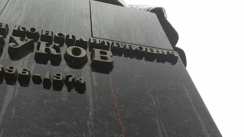 Вандалы осквернили памятник маршалу Жукову в Харькове