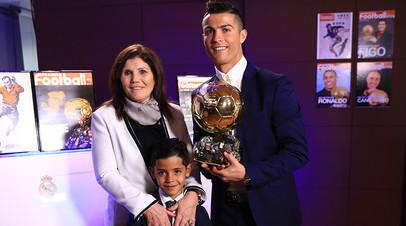 Мать Роналду заявила, что футбольная мафия не даёт игроку выиграть больше «Золотых мячей»