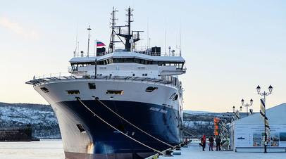 Научно-исследовательское судно «Академик Примаков» у причала морского вокзала города Мурманска