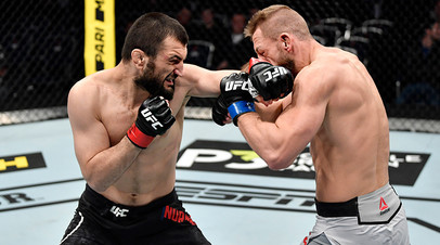 Абубакар Нурмагомедов (Россия) и Давид Завада (Германия) во время боя в полусреднем весе на турнире по смешанным единоборствам UFC Fight Night в Москве