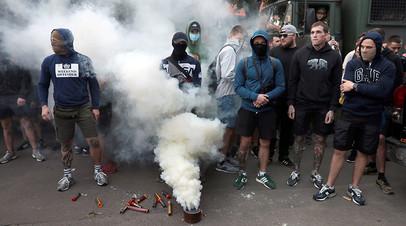 Участники акции протеста у офиса телеканала NewsOne